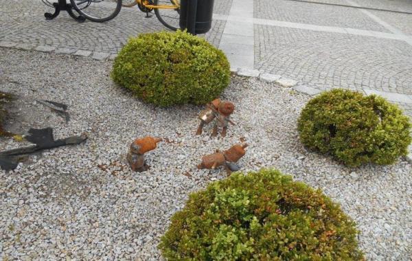 metalowe ludziki krzewy