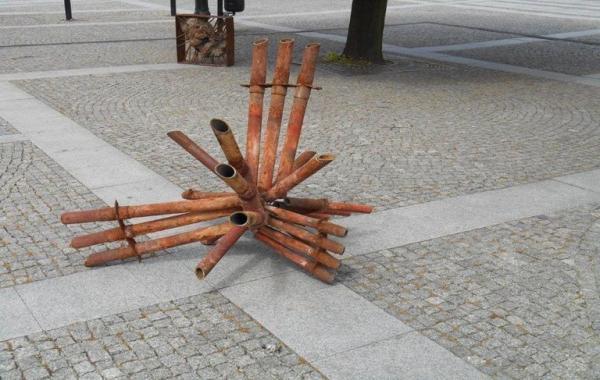 metalowe rury leżą na kostce brukowej