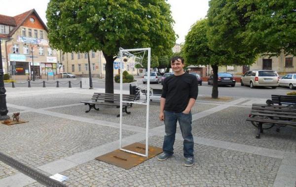 mężczyzna stoi na placu