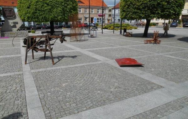 plac z metalowymi rzeźbami